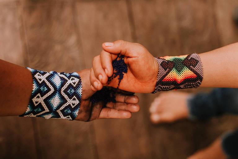 Detalhe de pulseiras feitas pelas índias Yawanawá, do Acre, que lançaram coleção em parceria com a grife carioca Farm