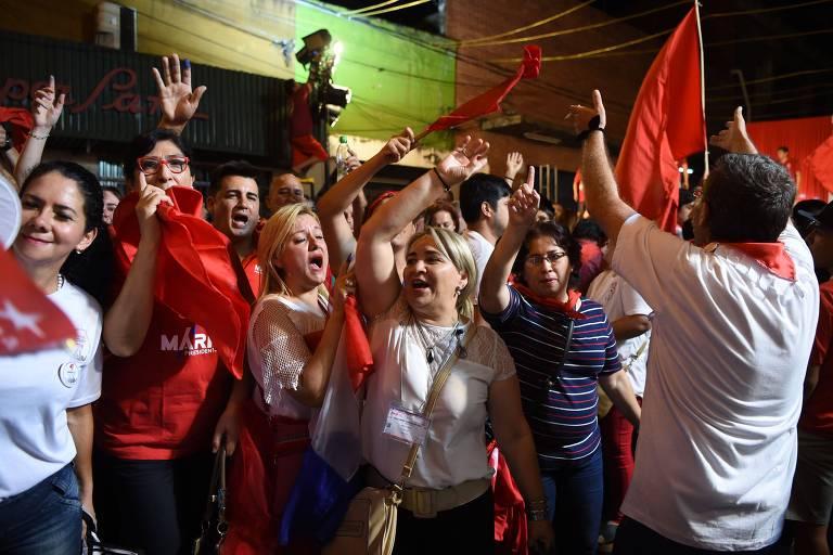 Apoiadores de Mario Abdo Benítez comemoram nas ruas de Assunção durante apuração dos votos