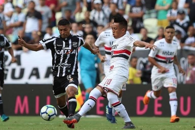 Cueva disputa a bola durante empate com o Ceará