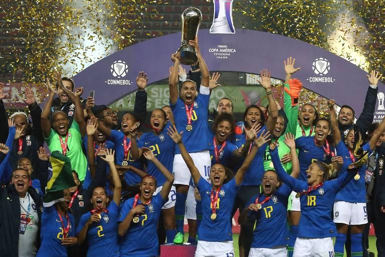 Marta levanta o troféu após a conquista da Copa América