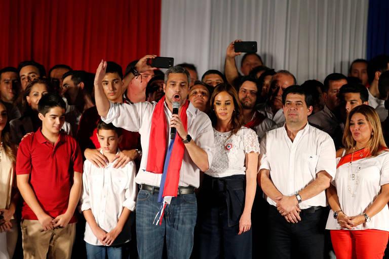 Mario Abdo Benítez comemora ao lado da mulher, Silvana, a vitória nas eleições do Paraguai