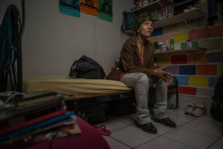 María Ileana Faguaga Iglesias, historiadora cubana refugiada no Brasil, é retratada na pensão onde mora, em São Paulo