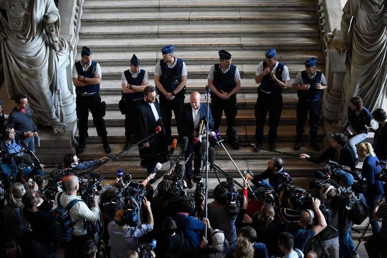 Os advogados que representam Salah Abdeslam falam a jornalistas na saída do julgamento na Bélgica