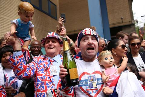 Royal fans celebrate the news that Britain's Catherine, Duchess of Cambridge gave birth to a baby boy outside the Lindo Wing at St Mary's Hospital in central London, on April 23, 2018.   / AFP PHOTO / Isabel INFANTES