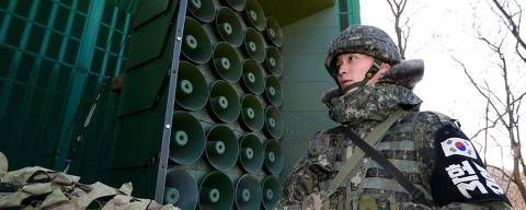 South Korean soldiers draw down a cover from loudspeakers, just south of the demilitarized zone separating the two Koreas, in Yeoncheon, South Korea, January 8, 2016. REUTERS/Korea Pool/Yonhap ATTENTION EDITORS - FOR EDITORIAL USE ONLY. NOT FOR SALE FOR MARKETING OR ADVERTISING CAMPAIGNS. THIS IMAGE HAS BEEN SUPPLIED BY A THIRD PARTY. IT IS DISTRIBUTED, EXACTLY AS RECEIVED BY REUTERS, AS A SERVICE TO CLIENTS. SOUTH KOREA OUT. NO COMMERCIAL OR EDITORIAL SALES IN SOUTH KOREA. NO RESALES. NO ARCHIVES. ORG XMIT: SEO302