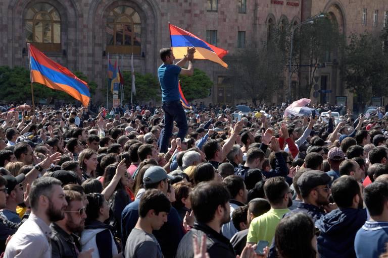Manifestantes em Ierevan pedem a saída do primeiro-ministro e a libertação do líder oposicionista Nikol Pashinyan