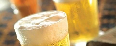 Foto calhau de cerveja gelada em copo americano