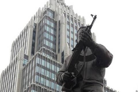 Estátua de Mikhail Kalashnikov em Moscou, criador da AK-47