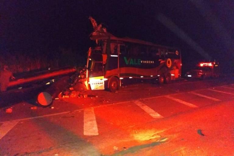 Acidente entre ônibus, carreta e caminhonete em Governador Valadares, em Minas Gerais