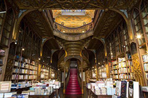 Escadaria vermelha é um dos símbolos da livraria Lello & Irmão, em Porto, Portugal
