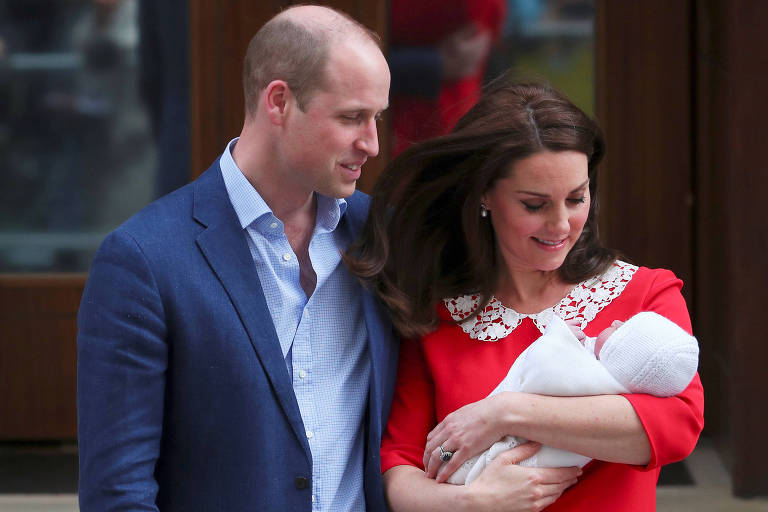 A duquesa de Cambridge Kate Middleton e o príncipe William mostram seu filho