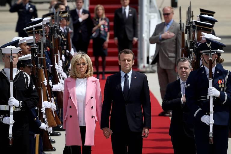 O presidente francês, Emmanuel Macron, e sua mulher Brigitte desembarcam na Base Aérea Andrews ao chegar aos EUA