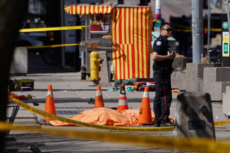 Van atropela pedestres em cruzamento na cidade de Toronto, no Canadá