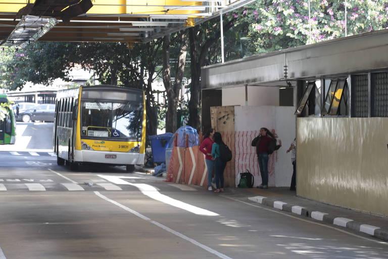 Imagem mostra ônibus amarelo em garagem