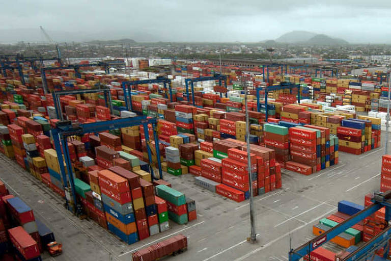 Contêineres no porto de Santos
