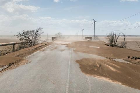 PENDÊNCIAS, RN, BRASIL, 12-01-2018: Visual desértico proximo a rodovia RN-118. Especial da Folha aborda mudanças climáticas no mundo. No Nordeste brasileiro, a reportagem viajou por dois Estados (Paraíba e Rio Grande Norte) que formam a bacia Hidrográfica Piranhas-Açu. A região do semiárido nordestino  enfrenta uma seca recorde, iniciada em 2012. (Foto: Avener Prado/Folhapress) Código do Fotógrafo: 20516 ***EXCLUSIVO FOLHA*** ORG XMIT: AGEN1802241440673321