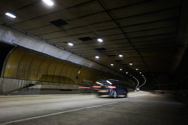 Motoristas passam em alta velocidade pelo túnel Ayrton Senna, na zona sul de São Paulo