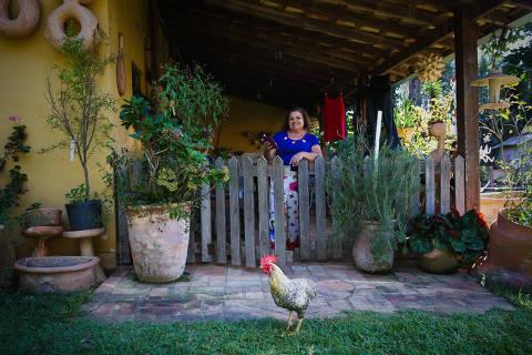 PORTO FELIZ/SP BRASIL. 19/04/2018 - Juracy Boudart, 64, artesa, moradora do sitio Recanto das artes na cidade de Porto Feliz - Crescimento da internet via rádio nas áreas rurais.(foto: Zanone Fraissat/FOLHAPRESS, MERCADO)***EXCLUSIVO***