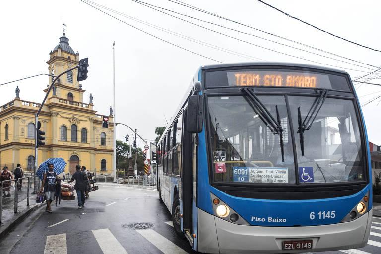 Ônibus circula pela região de Santo Amaro, na zona sul de São Paulo