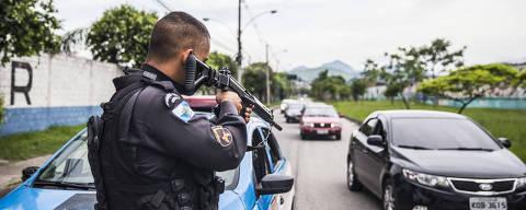 RIO DE JANEIRO  - RJ - 21.02.2018 - Policial militar para veiculos na av. Pastor Martin Luther King Junior, zona norte do Rio de Janeiro. (Foto: Danilo Verpa/Folhapress, COTIDIANO)