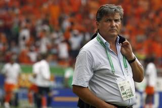 Morre técnico da França que eliminou Brasil na Copa de 86