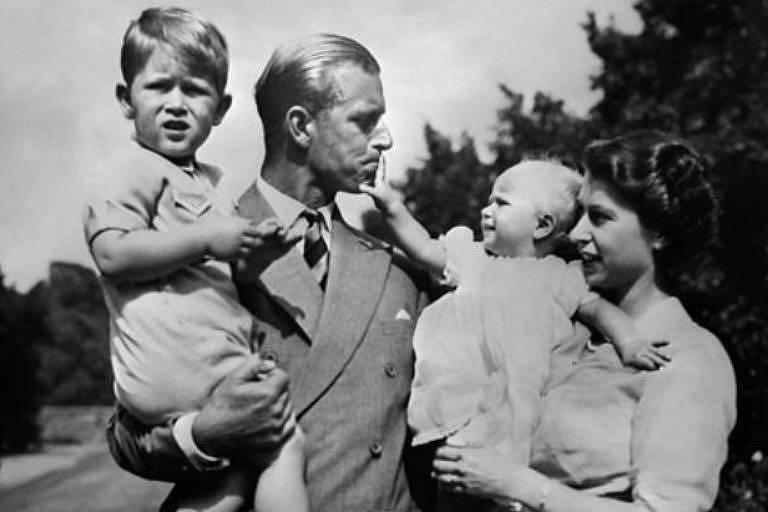 A rainha com o marido e filhos nos anos 1950; demonstrações públicas de afeto eram mais raras