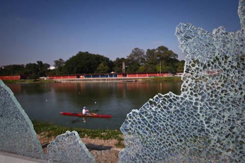 SAO PAULO/SP BRASIL. 24/04/2018 - Muro de vidro da USP  alvo de vandalismo pela 3ª vez, foram tres vidros quebrados.(foto: Zanone Fraissat/FOLHAPRESS, COTIDIANO)***EXCLUSIVO***