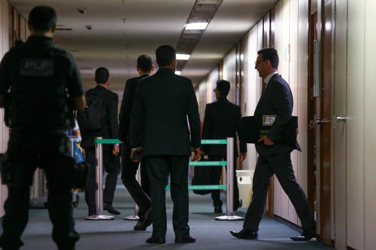 Agentes da PF deixam o gabinete do deputado Eduardo da Fonte (PP-PE) após apreenderem malotes e mochilas