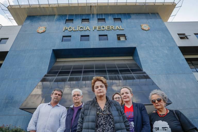 Dilma Rousseff acompanhada por integrantes do PT na frente do prédio da Polícia Federal