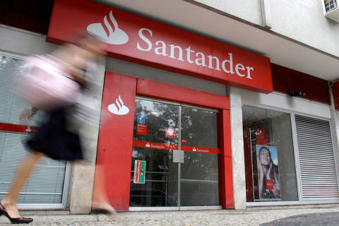 FILE PHOTO: A woman walks past Santander bank branch in Rio de Janeiro October 7, 2009.    REUTERS/Sergio Moraes/File Photo                          GLOBAL BUSINESS WEEK AHEAD ORG XMIT: BWA215