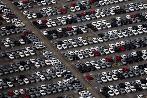 Vista aérea de carros, no pátio da montadora alemã Volkswagen, em São José dos Campos (SP). *** An aerial view of new cars parked at a stock area of the Volkswagen German automaker plant in Sao Jose dos Campos near Sao Paulo January 7, 2015. Auto sales in Brazil are likely to fall for the third straight year in 2015, dealership association Fenabrave forecast on Tuesday, due to rising interest rates, weak consumer confidence and the end of long-running tax breaks. Volkswagen AG started the year by laying off 800 workers at a plant outside Sao Paulo, according to VW and union officials. Workers have responded by declaring an indefinite strike at the factory, a union representative told Reuters. REUTERS/Roosevelt Cassio (BRAZIL - Tags: BUSINESS TRANSPORT EMPLOYMENT CIVIL UNREST) ORG XMIT: SJC04