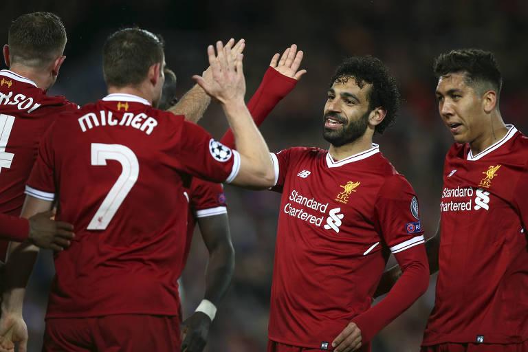 Mohamed Salah comemora o segundo gol dele na goleada do Liverpool sobre a Roma, na Liga dos Campeões