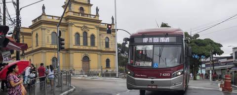Sao Paulo, SP, BRASIL, 26-03-2018:  50 anos sem bonde em S‹o Paulo. Onibus circulam em frente a igreja de Santo Amaro no Largo 13 onde ha 50 anos circulavam bondes no local (Foto: Eduardo Knapp/Folhapress, COTIDIANO).
