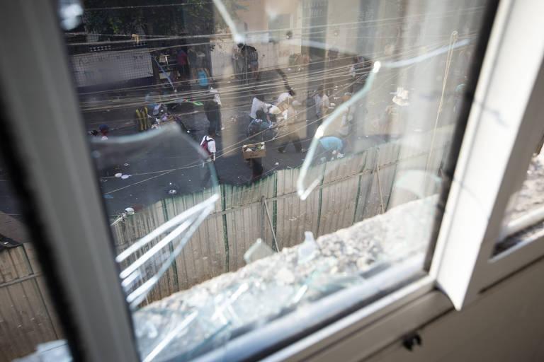 Janela quebrada em apartamento no condomínio dá vista para o fluxo de usuários de drogas
