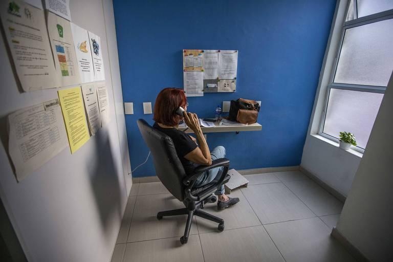 Voluntária atende telefonema no CVV (Centro de Valorização da Vida), que oferece apoio emocional e prevenção do suicídio