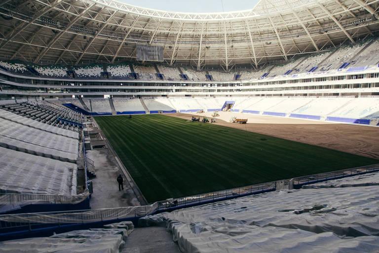 Profissionais trabalham no gramado do estádio de Samara