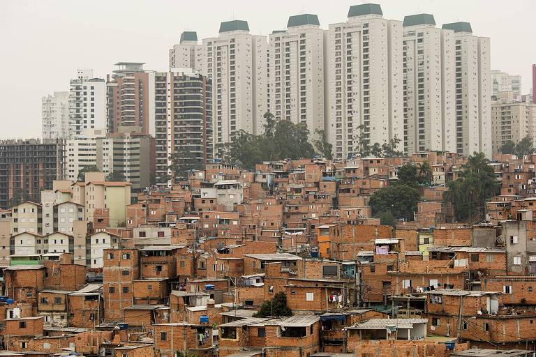 Casas da favela Paraisópolis com prédios luxuosos do Morumbi ao fundo