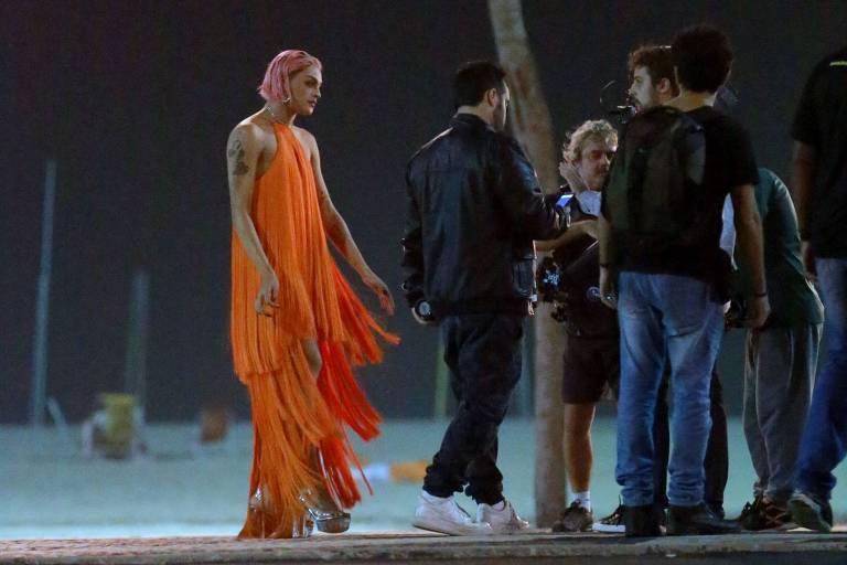 A cantora Pabllo Vittar grava clipe na praia do Leme, na zona sul do Rio