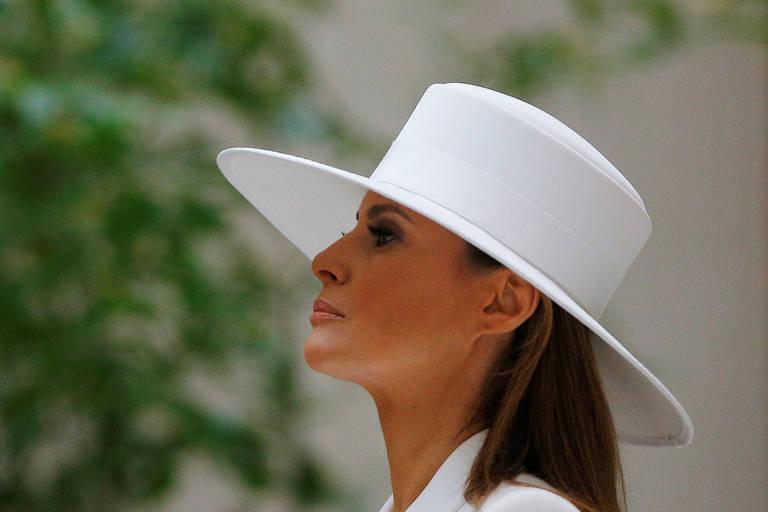 A primeira-dama Melania Trump com seu chapéu durante a visita do presidente francês Emanuel Macron a Washington