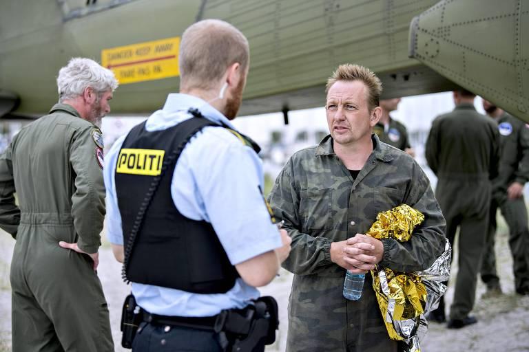Peter Madsen (dir.) durante a operação de resgate do submarino após a morte de Kim Wall