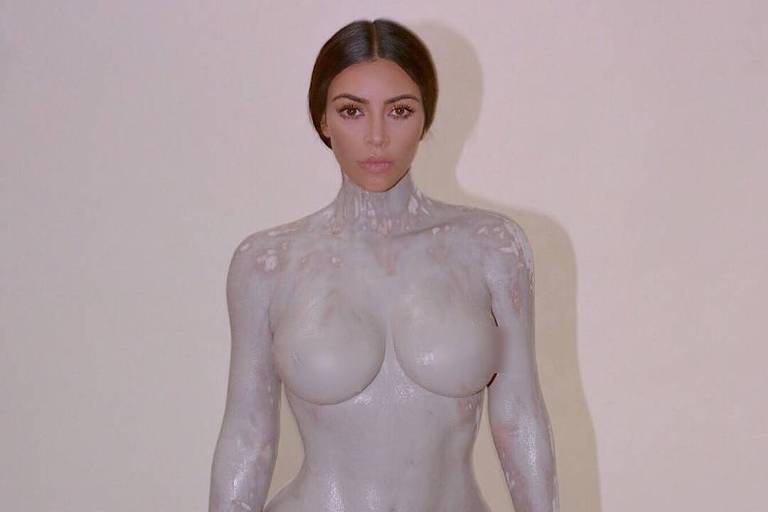 Kim Kardashian posta foto do processo de fabricação do frasco de seu perfume, que foi moldado em seu corpo