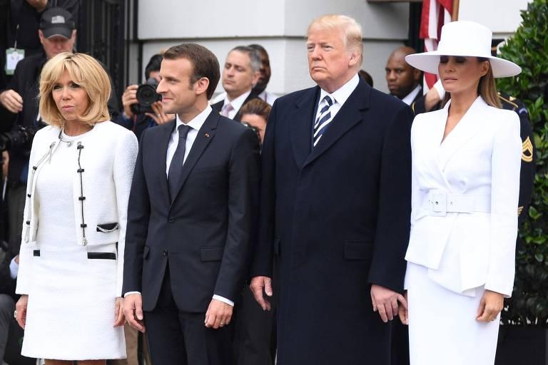 Brigitte Macron, primeira dama da França e o presidente francês Emmanuel Macron, ao lado de Trump e Melania, que se recusava a dar a mão ao marido