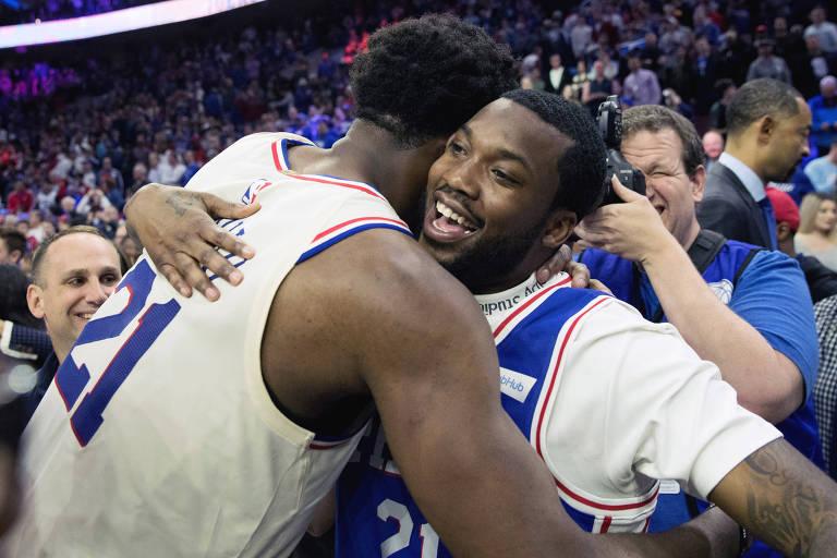 Joel Embiid abraça rapper Meek Mill após jogo da NBA