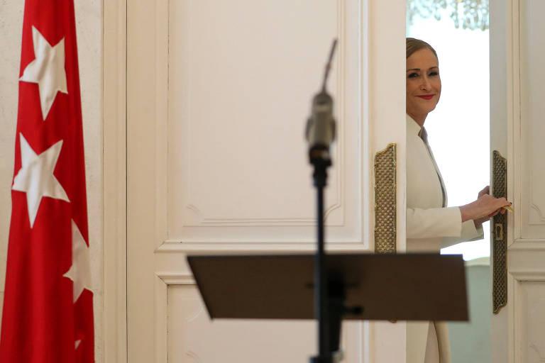 Cristina Cifuentes deixa sala após anunciar sua renúncia em Madri