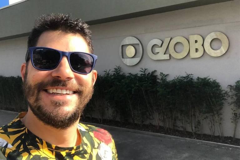 Evaristo Costa compartilhou uma imagem em que aparece em frente a um letreiro da Globo