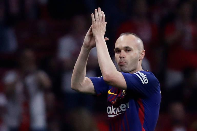 O meia Andres Iniesta aplaude a torcida do Barcelona ao deixar o campo na final da Copa do Rei, contra o Sevilla