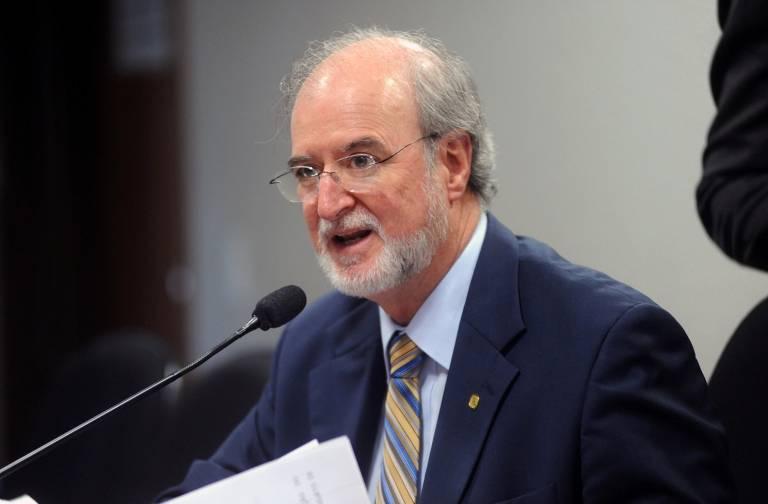Deputado Eduardo Azeredo (PSDB-MG) durante discurso na Câmara