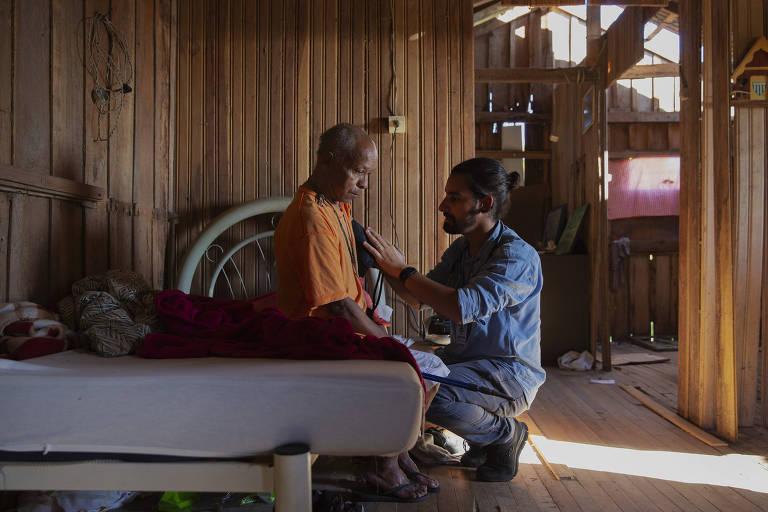 O médico Marcos Marzollo visita seu paciente Juarez Lopes, 62, diabético e deficiente visual que mora sozinho na comunidade de Mont Serrat, uma das mais vulneráveis de Florianópolis; a capital catarinense é líder em cuidados de atenção primária no Brasil