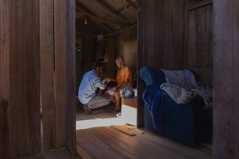 O médico de família Marcos Marzollo faz uma visita domiciliar na casa do paciente Juarez Lopes, 62, idoso e deficiente visual, que mora numa zona de difícil acesso na comunidade Mont Serrat, em Florianópolis