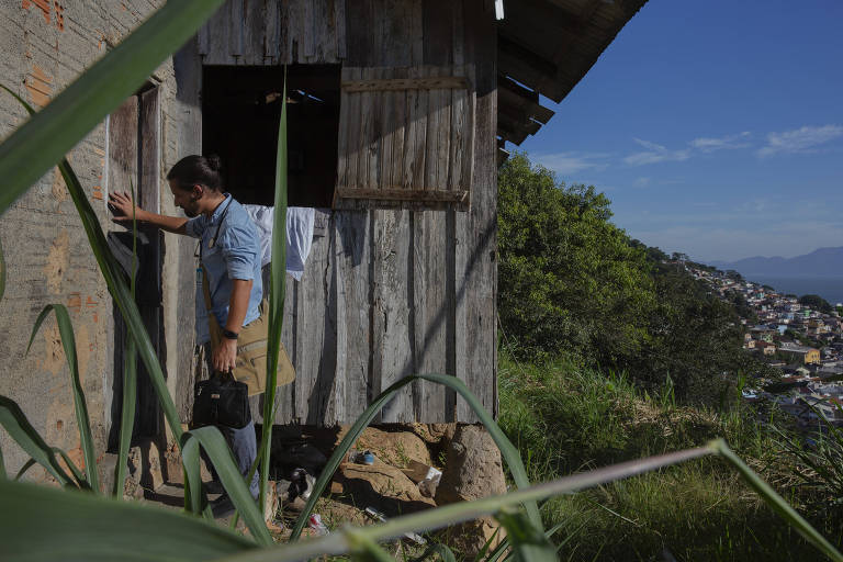 Médico de família Marcos Marzollo chega à casa do paciente Juarez Lopes,62, que mora em zona de difícil acesso na comunidade Monte Serrat, em Florianópolis